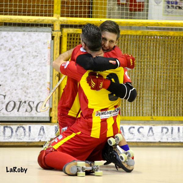 Illuzzi abbraccia Ambrosio. Foto R.Mirabile
