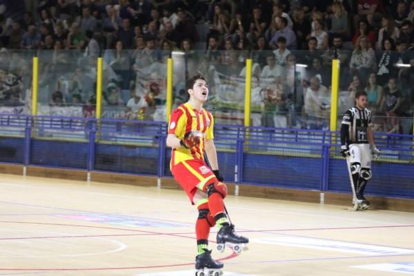 L'esultanza di Giulio Cocco dopo il provvisorio 1-1 (Foto Mirabile)