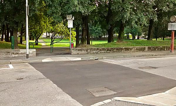 L'asfaltatura che ha preso il posto delle strisce pedonali in porfido