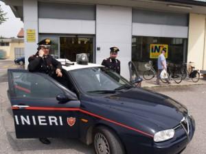 Casalpusterlengo - Pattuglia carabinieri davanti al supermercato rapinato