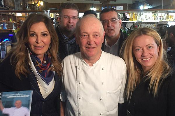 Daniela Santanchè con Mario Cattaneo e Giorgia Meloni alcune settimane fa presso il locale di Gugnano